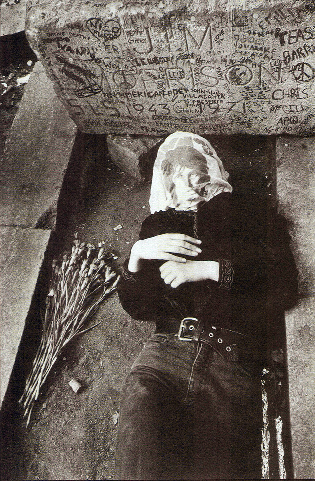 Νεαρός ξαπλωμένος στον τάφο του Τζιμ Μόρισον