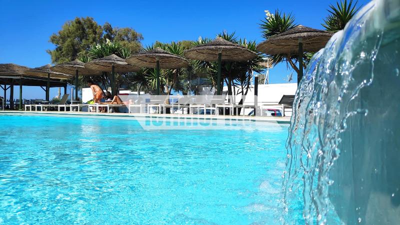 πισίνα σε ξενοδοχείο με ομπρέλες και ξαπλώστρες