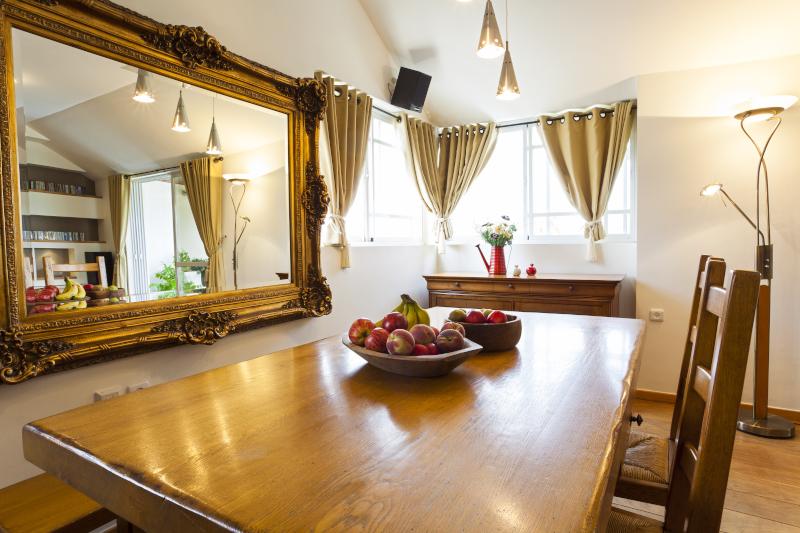 ξύλινη τραπεζαρία με καθρέφτη