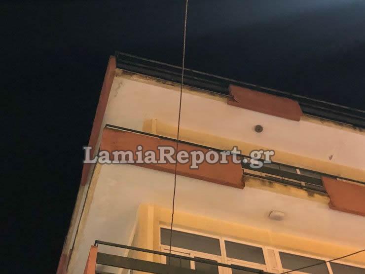 Φτηνά τη γλίτωσε ένας 20χρονος από μαρκίζα που έπεσε από κτίριο στο κέντρο της Λαμίας