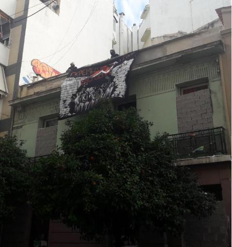 Με πανό από την ταράτσα του κτιρίου στην οδό Ματρόζου