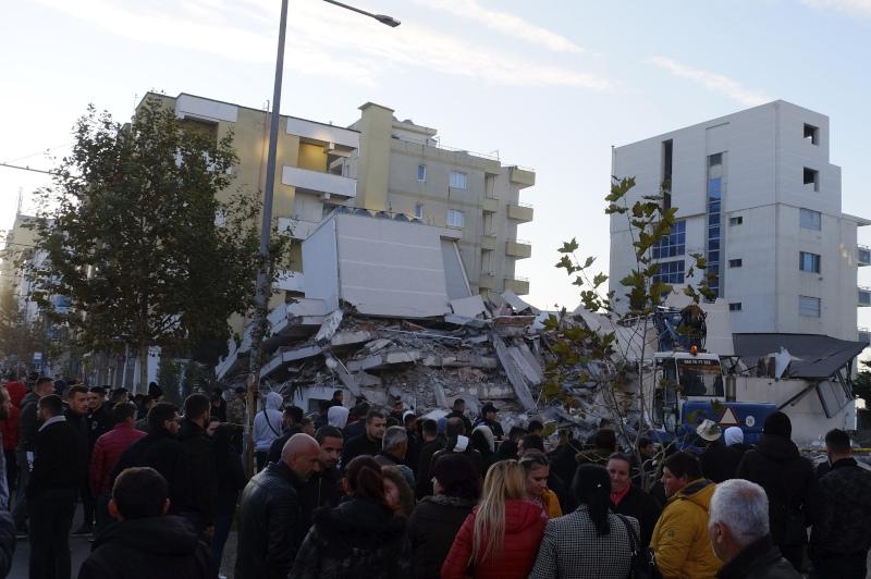 Πλήθος κόσμου μπροστά από κτίριο που κατέρρευσε στην Αλβανία