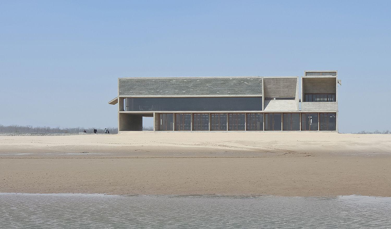 Η εντυπωσιακή βιβλιοθήκη χτίστηκε δίπλα στη θάλασσα