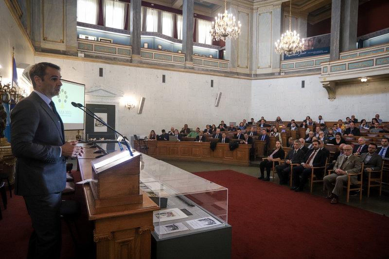 Φωτογραφία στην οποία εικονίζεται ο κ. Μητσοτάκης από το βήμα του ομιλητή και το κοινό που συμμετείχε στην εκδήλωση.