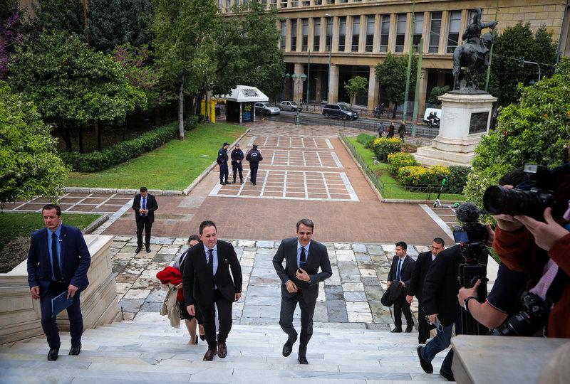 Ο Κυριάκος Μητσοτάκης ανεβαίνει τα σκαλιά της Παλαιάς Βουλής για την εκδήλωση του Κέντρου Φιλελεύθερων Μελετών