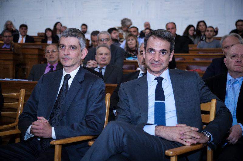 Ο Κυριάκος Μητσοτάκης παρακολουθεί ομιλία άλλου συνέδρου.