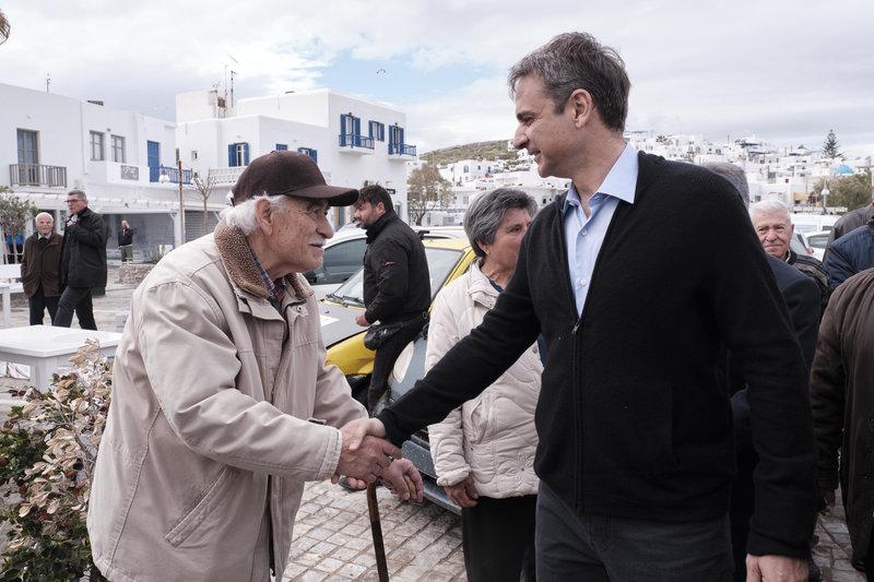 Ο Κυριάκος Μητσοτάκης σε μια θερμή χειραψία με έναν ηλικιωμένο κάτοικο της Πάρου.