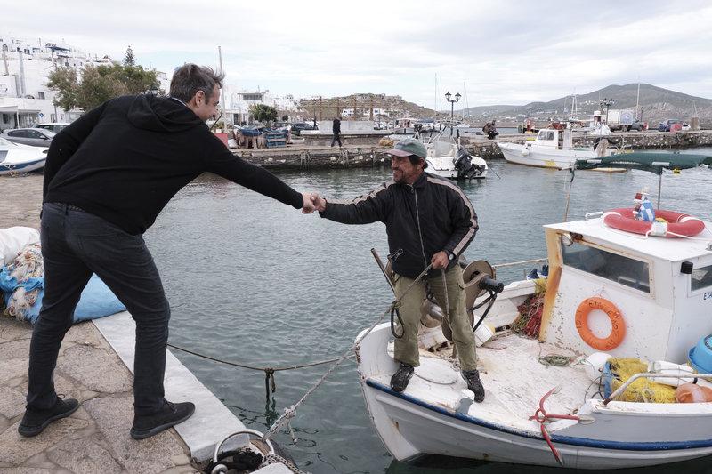 Ο Κυριάκος Μητσοτάκης σε μια ακόμη χειραψία με έναν ψαρά, ο οποίος βρίσκεται εντός της βάρκας του.