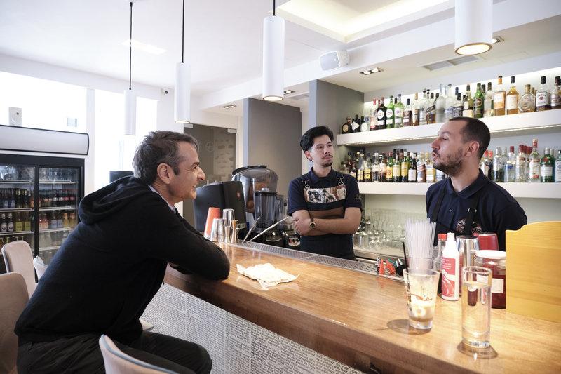 Ο Κυριάκος Μητσοτάκης, σε καφετέρια, συζητά με νέους κατοίκους της Πάρου