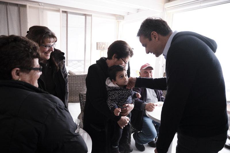 Ο Κυριάκος Μητσοτάκης χαιρετά ένα μωρό στην Πάρο