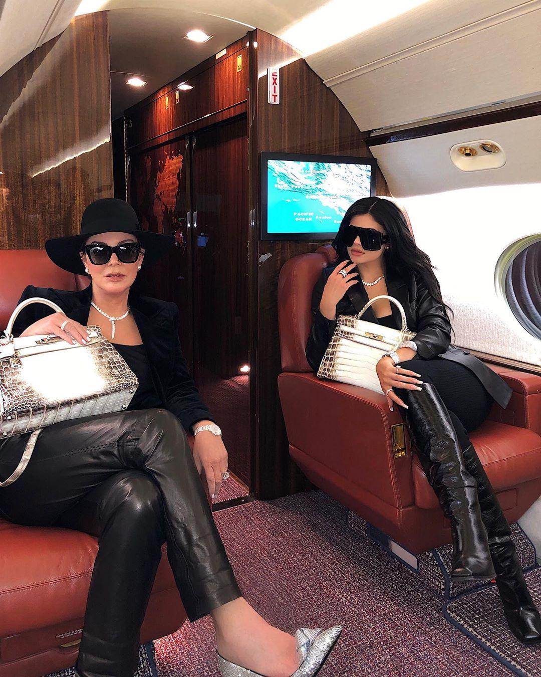 Κρις και Κάιλι Τζένερ με ίδιες πανάκριβες τσάντες Hermes