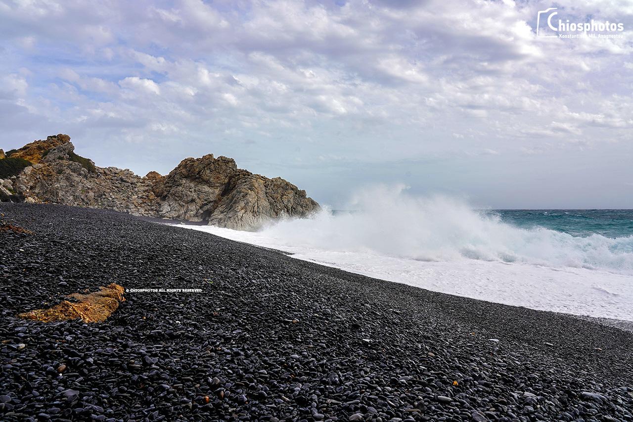 Κύματα στα Μαύρα βόλια Χίου