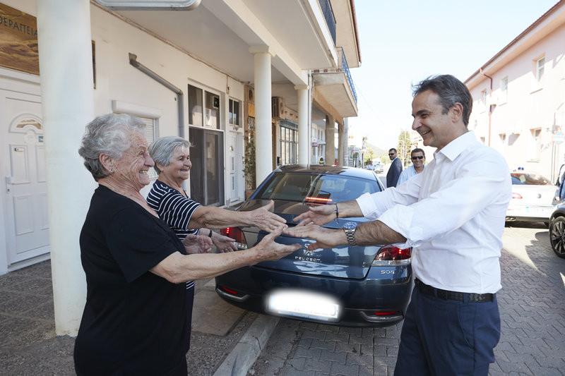 Ο Κυριάκος Μητσοτάκης με γιαγιάδες στη Λιβαδειά
