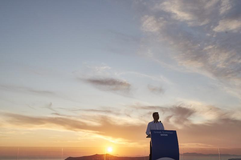 Κυριάκος Μητσοτάκης ηλιοβασίλεμα Σαντορίνης