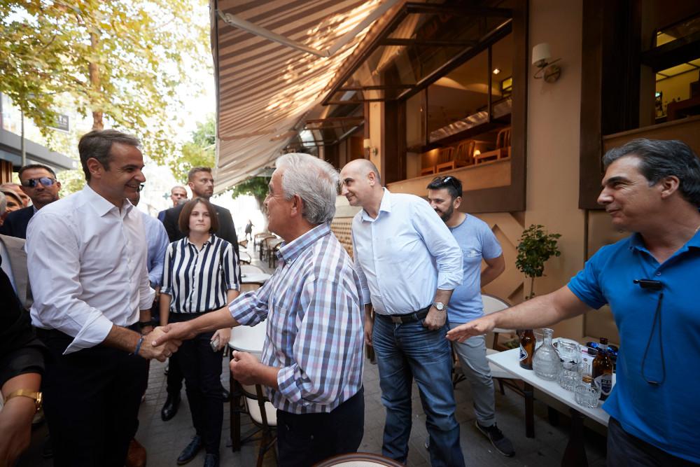 Ο Κυριάκος Μητσοτάκης χαιρετά πολίτες στην Καλαμάτα