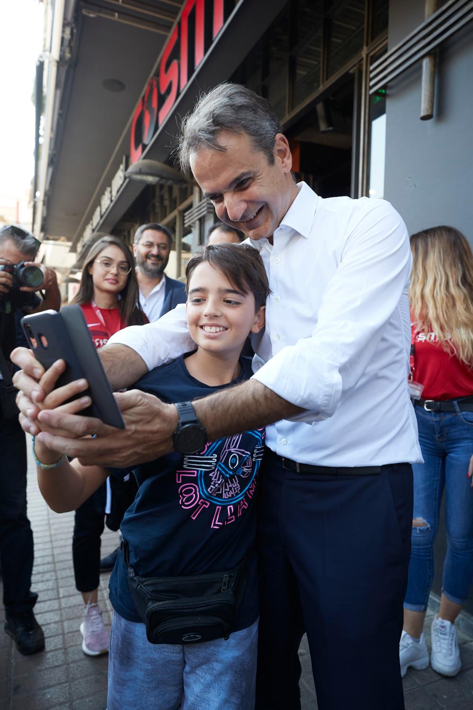Ο Κυριάκος Μητσοτάκης έβγαλε και selfie με έναν μικρό στους δρόμους της Καλαμάτας