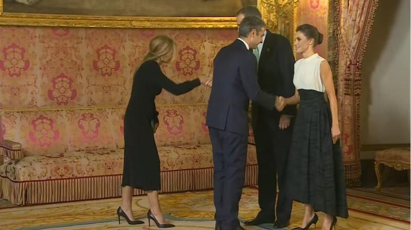 Κυριάκος Μητσοτάκης, Μαρέβα Μητσοτάκη, χαιρετούν Λετίθια, Φελίπε