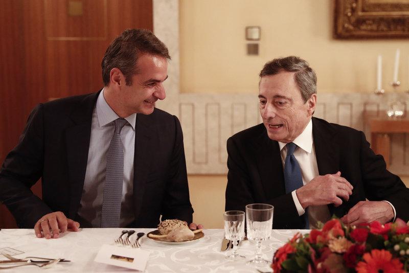 Ο Μάριο Ντράγκι με τον Κυριάκο Μητσοτάκη σε τραπέζι