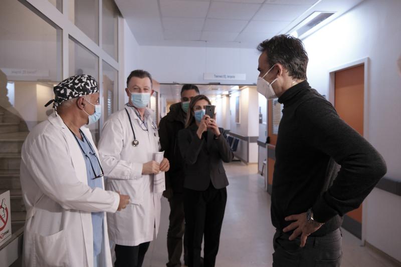 Κυριάκος Μητσοτάκης με γιατρούς