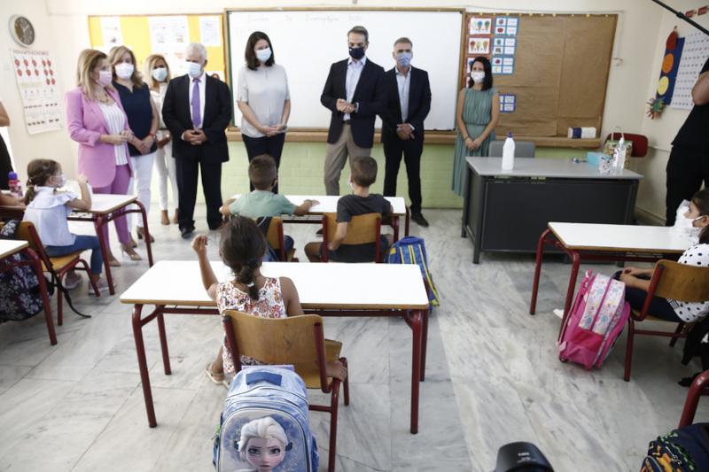 Κυριάκος Μητσοτάκης και Κεραμέως με μάσκα σε σχολική τάξη