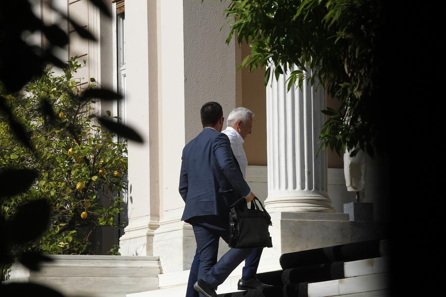 Ο υπουργός Εθνικής Άμυνας Ευάγγελος Αποστολάκης, κατά την άφιξή του στο Μέγαρο Μαξίμου για το ΚΥΣΕΑ