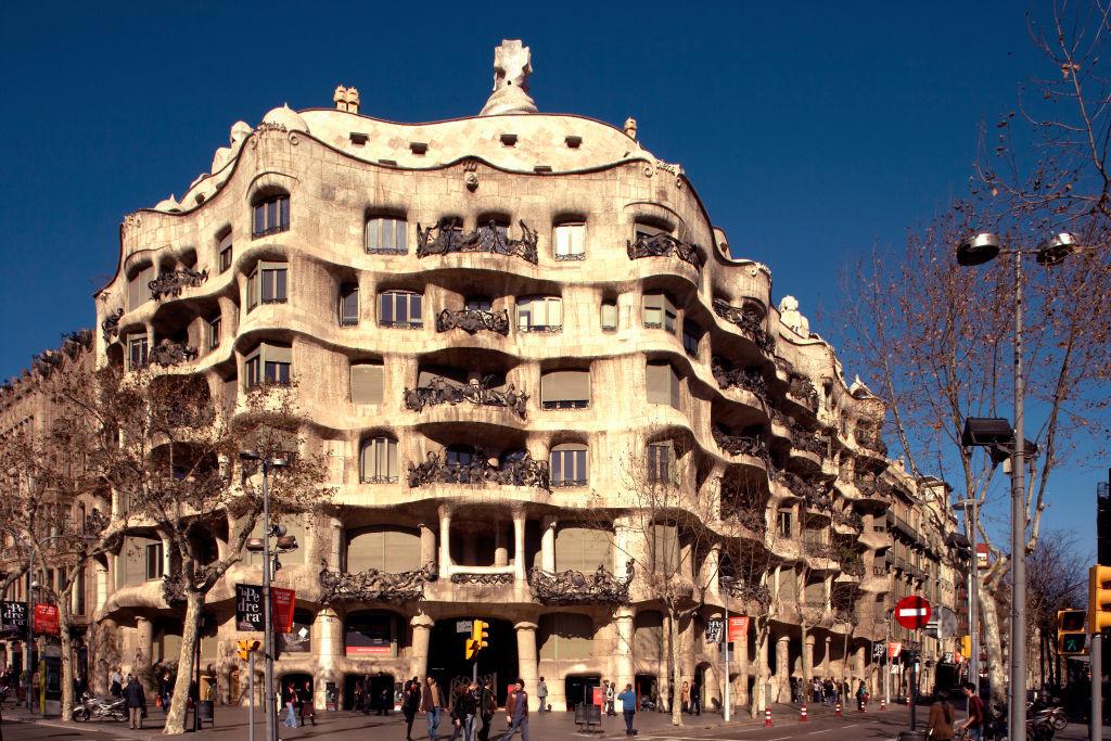 Η επιβλητική πολυκατοικία Κάζα Μίλα ή αλλιώς Λα Πεδρέρα στη Βαρκελώνη