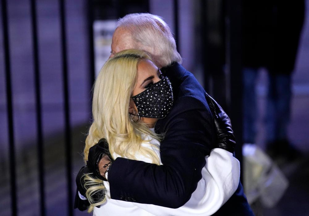 H Lady Gaga στην αγκαλιά του Τζο Μπάιντεν κατά τη διάρκεια προεκλογικής συγκέντρωσης του τότε δημοκρατικού υποψηφίου