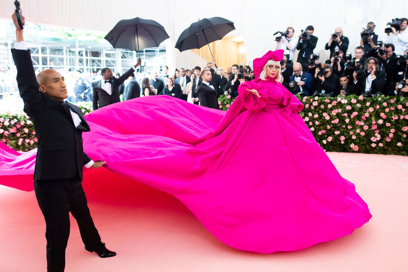 Η Lady Gaga με φούξια τουαλέτα