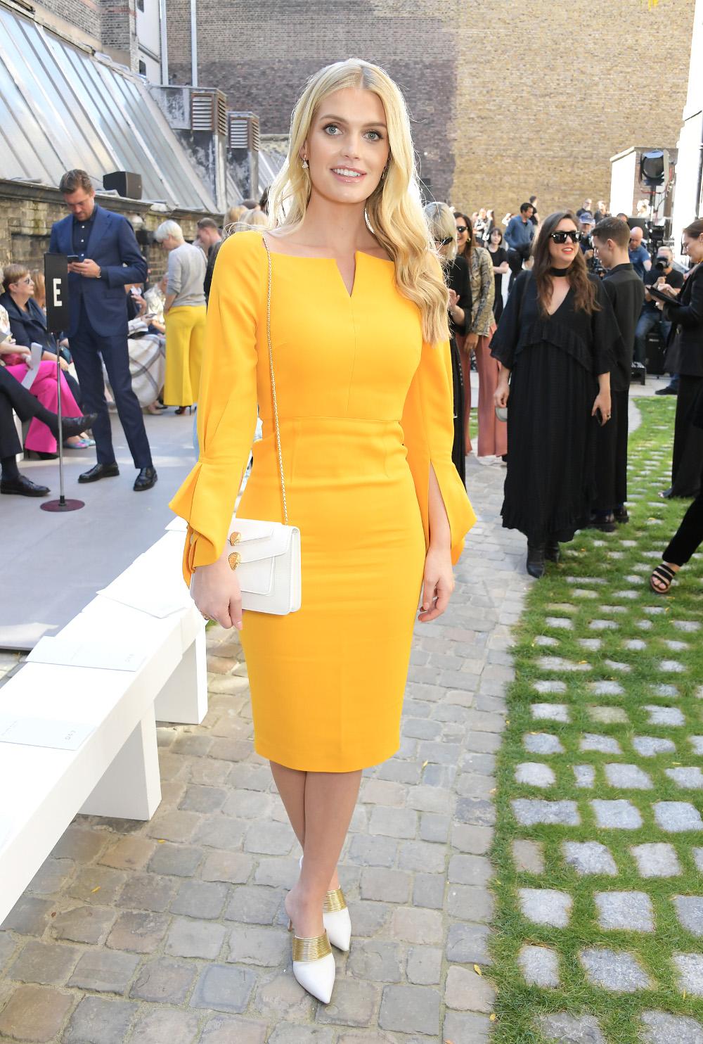 Η λαίδη Κίτι Σπένσερ, ανιψιά της πριγκίπισσας Νταϊάνας, ήταν ευδιάθετη στην επίδειξη μόδας του Roland Mouret