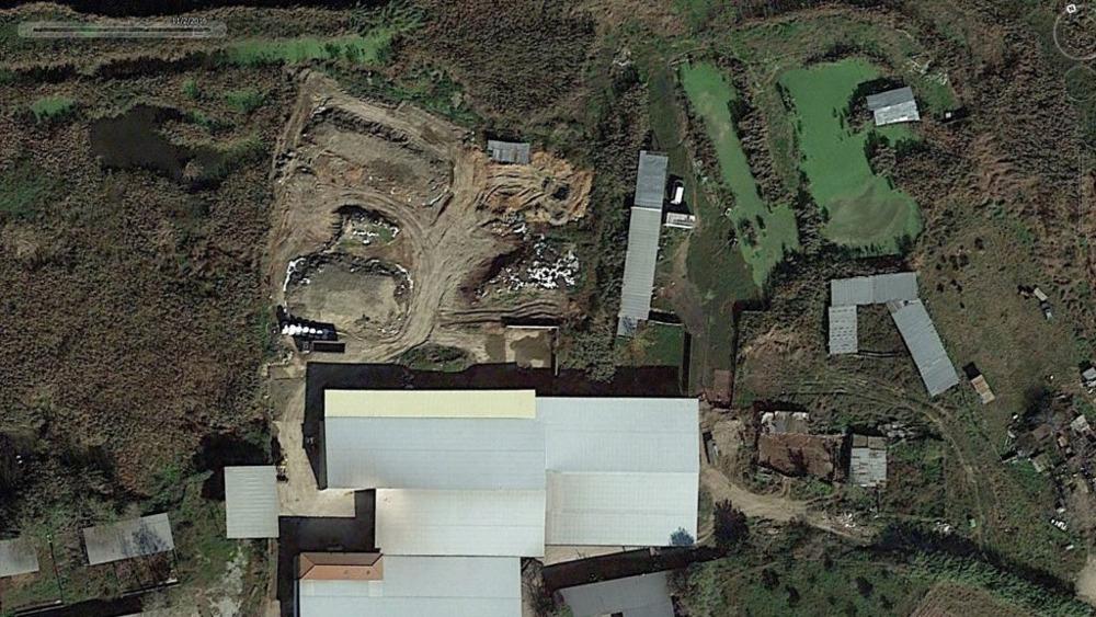 Η εικόνα που κατέγραψε ο δορυφόρος μια μέρα πριν την δολοφονία Γραικού. Διακρίνεται ο σκαμμένος λάκκος