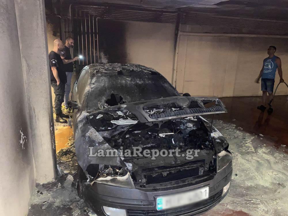 Καμένο αυτοκίνητο σε πυλωτή στην Λαμία