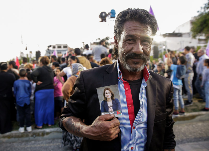 Υποστηρικτής του ΣΥΡΙΖΑ με την φωτογραφία υποψήφιας βουλευτού στη συγκέντρωση Τσίπρα στη Λαμία