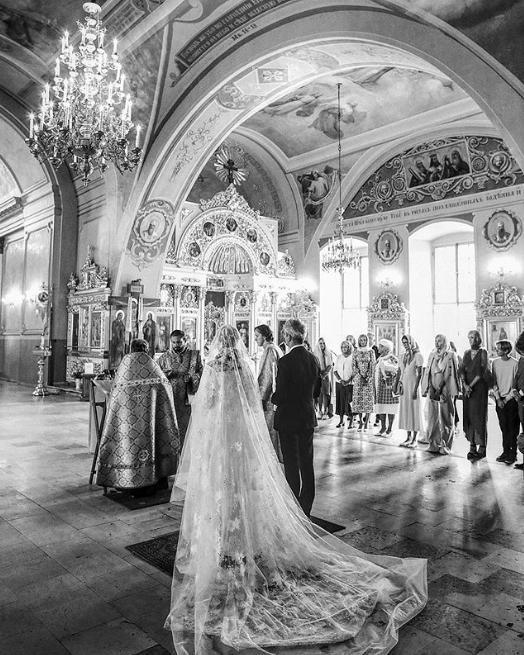 Γαμπρός και νύφη παντρεύονται στο εσωτερικό εκκλησίας