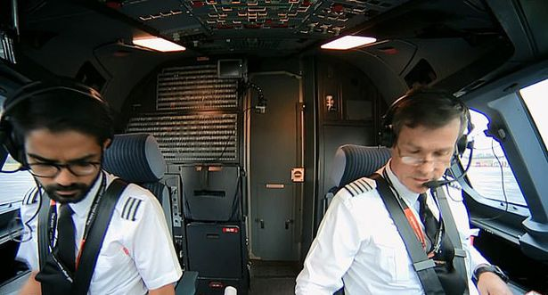 Οι δύο πιλότοι επιστράτευσαν ψυχραιμία, ικανότητες και εμπειρία για να φθάσουν με ασφάλεια στον προορισμό τους.