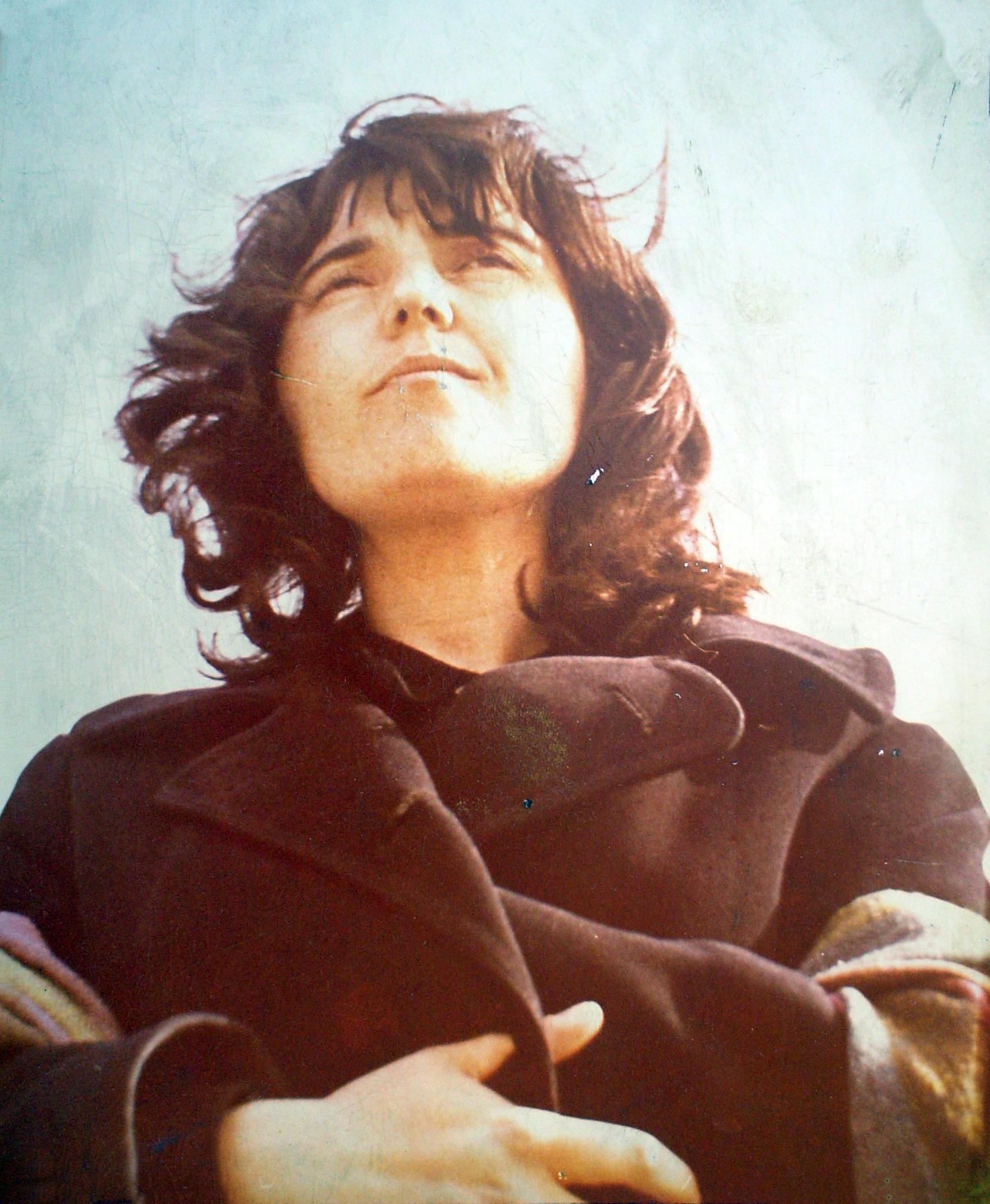 Η Λαοκρατία Λάκκα, με αμπέχωνο, ως φοιτήτρια στο Πανεπιστήμιο Αθηνών, στις αρχές του '60