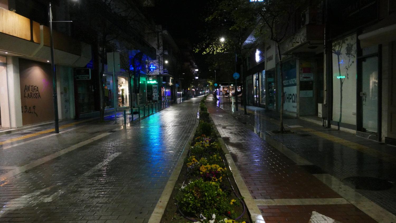 Αδειος πεζόδρομος στη Λάρισα