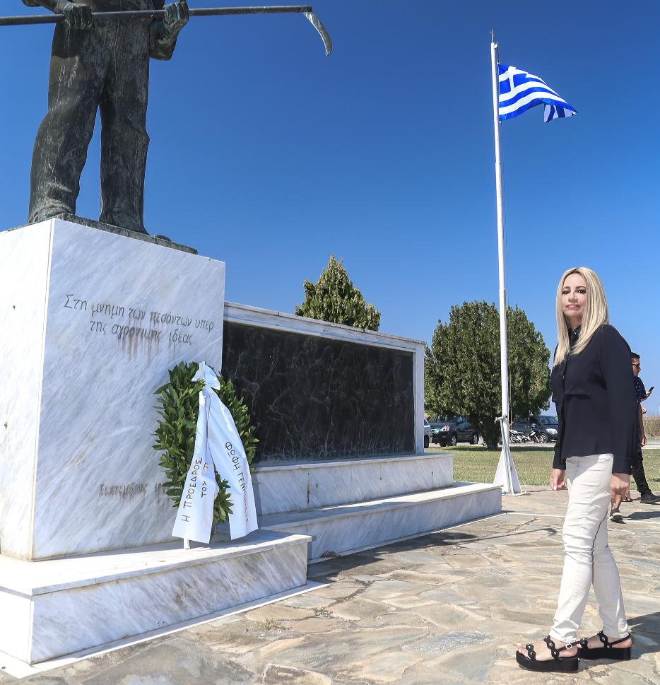 Η πρόεδρος του ΚΙΝΑΛ, Φώφη Γεννηματά λίγο μετά την κατάθεση στεφάνου