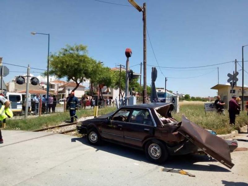 Η σύγκρουση μεταξύ τρένου και ΙΧ στη Λάρισα / Φωτογραφία: onlarissa.gr
