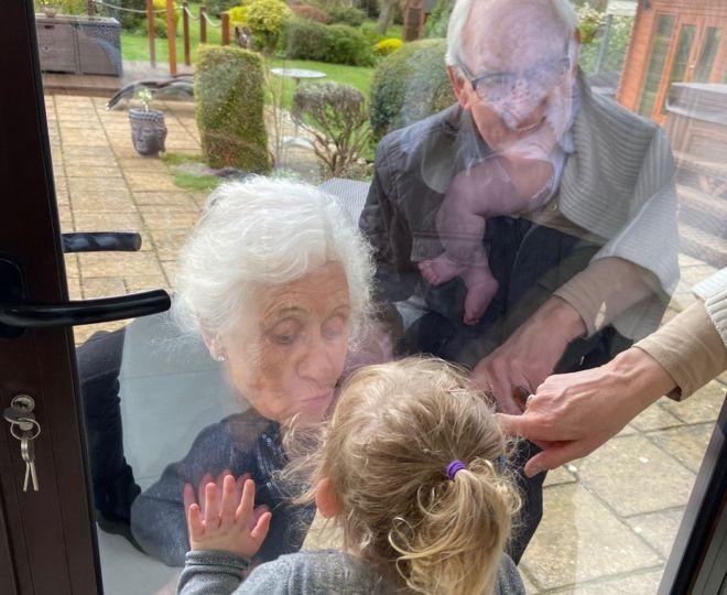 Το τρυφερό φιλί της γιαγιάς