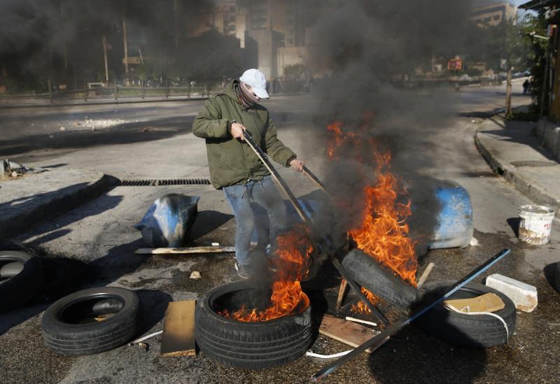 Διαδηλωτής καίει λάστιχα σε κεντρικό δρόμο στη Βηρυτό