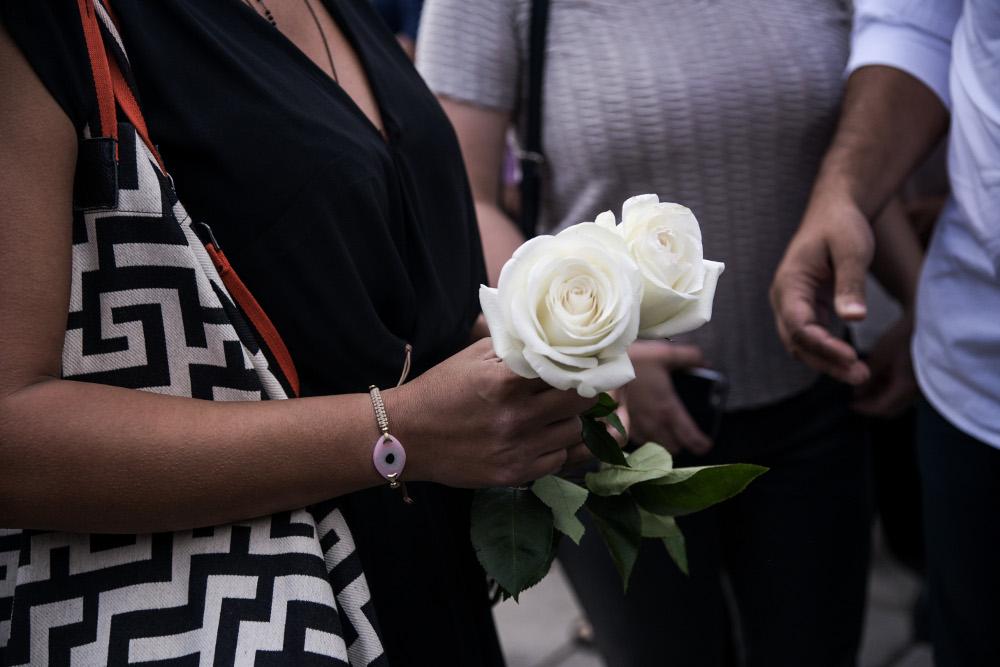 λευκά τριαντάφυλλα στην κηδεία του Λαυρέντη Μαχαιρίτσα