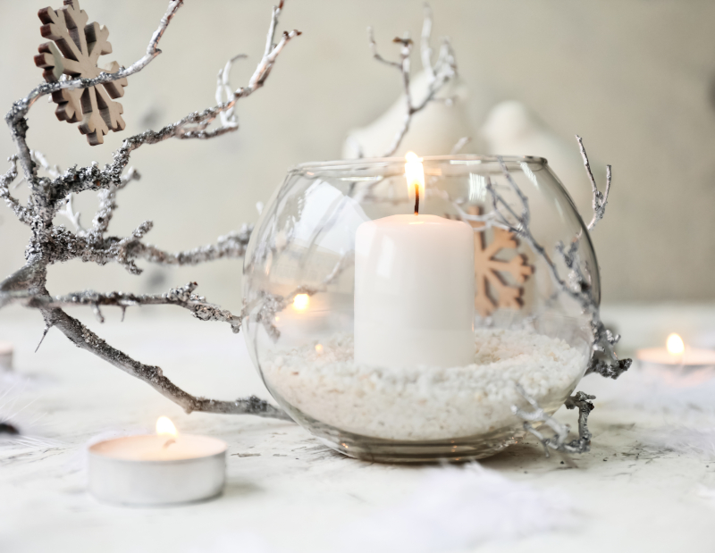 Ένα κερί και μία γύαλα αρκούν για έναν απλό και κομψό στολισμό