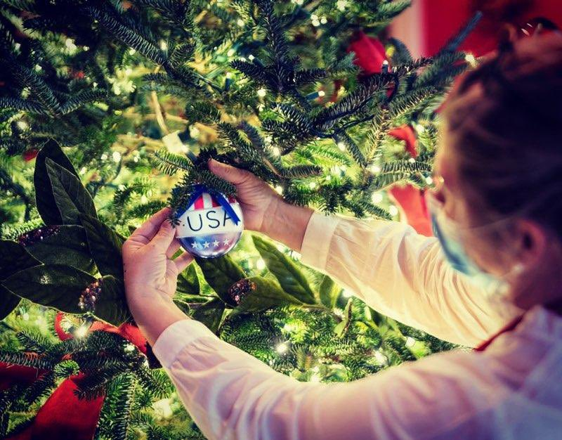 Στολίδια τοποθετούνται στο χριστουγεννιάτικο δέντρο του Λευκού Οίκου