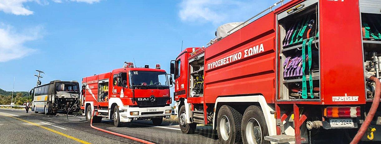 Οχήματα της πυροσβεστικής στο σημείο όπου έπιασε φωτιά το λεωφορείο