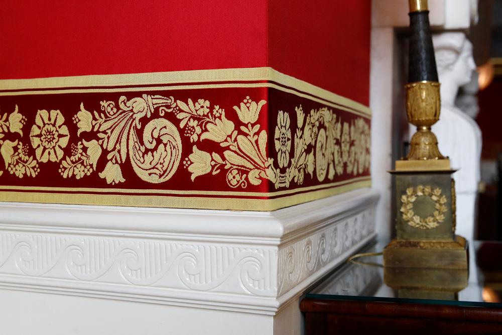 Λεπτομέρεια από τον ντυμένο με κόκκινο ύφασμα τοίχο. Η ανακαίνιση ήταν απαραίτητη γιατί το φως του ήλιου είχε κάνει το ύφασμα να δείχνει ροζ