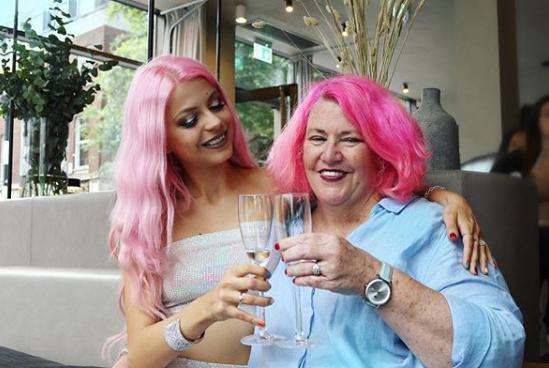 Λεσβίες με ροζ μαλλιά τσουγκρίζουν ποτήρια σαμπάνιας