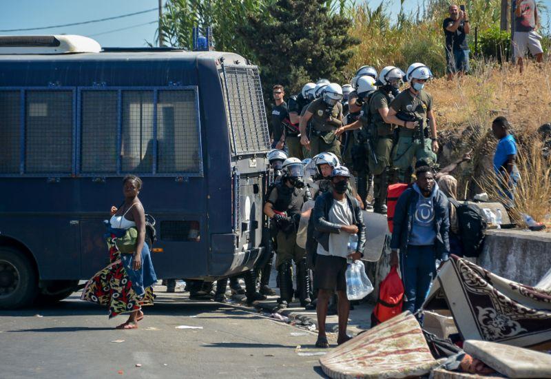 Σε αστυνομικό κλοιό η περιοχή στην οποία έχουν στήσει υπαίθριο καταυλισμό οι μετανάστες