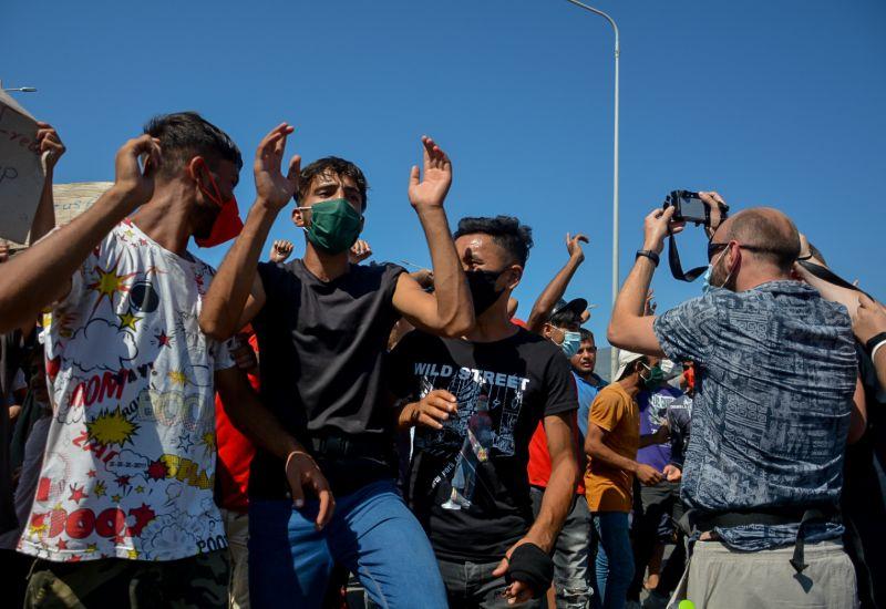 Ξεσηκώθηκαν οι μετανάστες και ζητούν να τους αφήσουν να φύγουν από τη Λέσβο