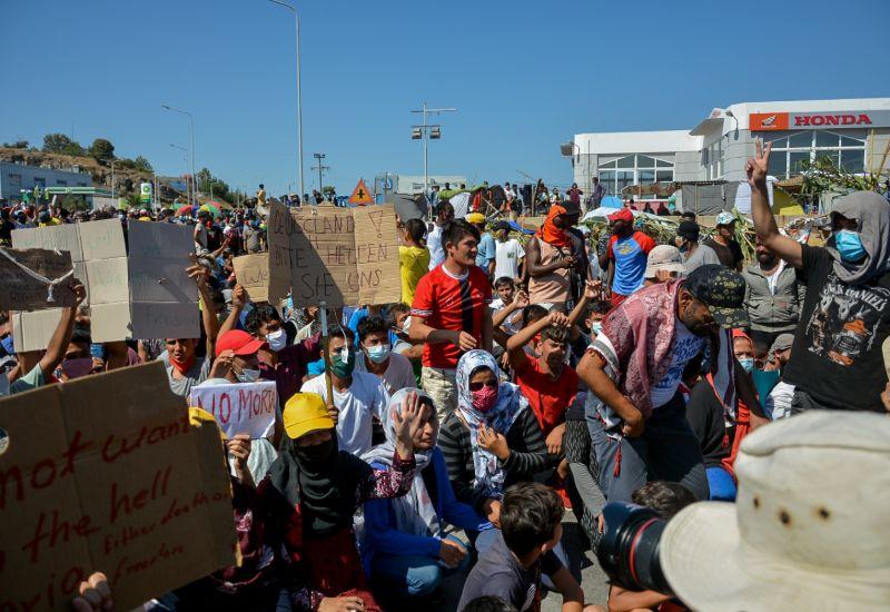 Περισσότεροι από 2.000 μετανάστες συμμετέχουν στη διαμαρτυρία στη Λέσβο