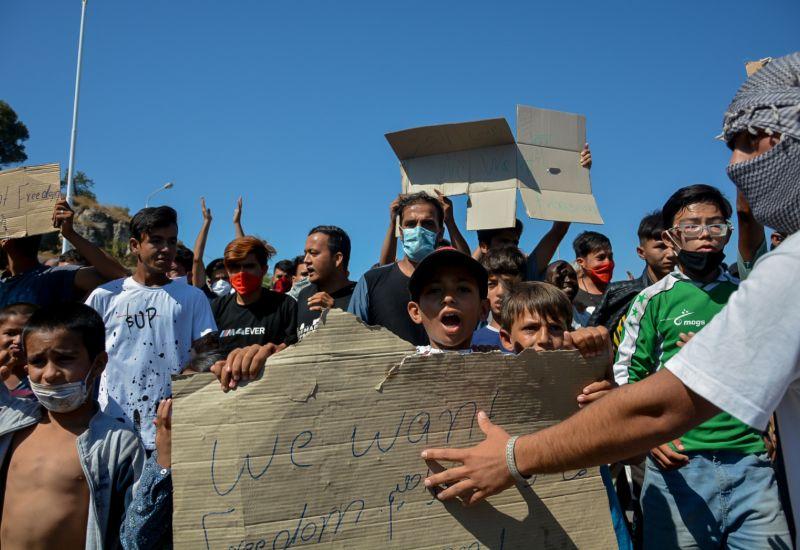 Και μικρά παιδιά συμμετέχουν στη διαμαρτυρία των μεταναστών με αίτημα να φύγουν από το νησί της Λέσβου